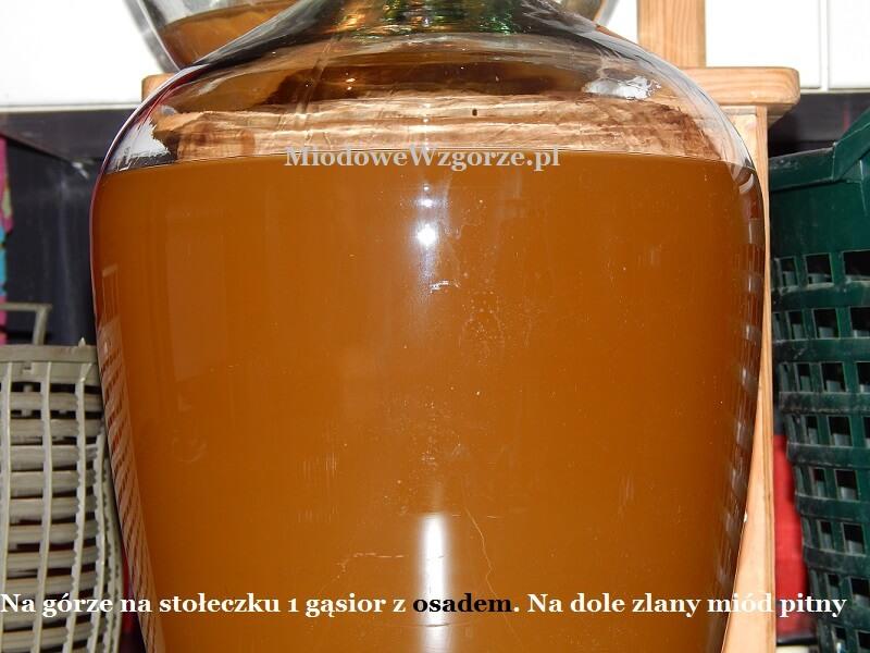 Na górze gąsior z osadem na dole zlany miód pitny