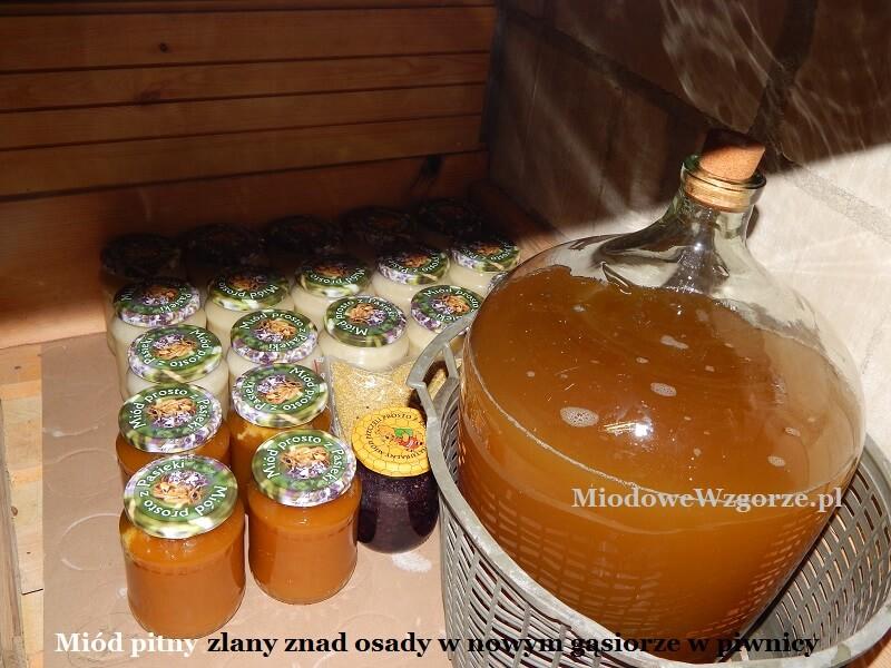 Dojrzewanie miodu pitnego w piwnicy