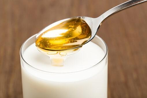 Mleko z miodem na przeziębienie
