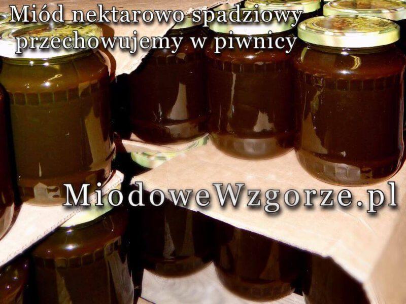 miód spadziowo nektarowy przechowywany w piwnicy